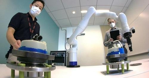 [画像]シリコンバレーリサーチセンターにて、ロボットアームを利用した5Gのユースケースを研究する様子